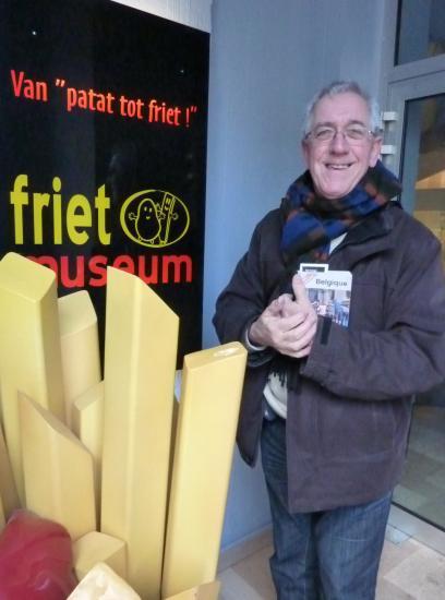 devant le musée de la frite, à Bruges